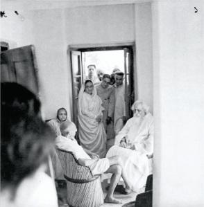 Rabindranath_Tagore_with_Mahatma_Gandhi_and_Kasturba_Gandhi_in_Shantiniketan